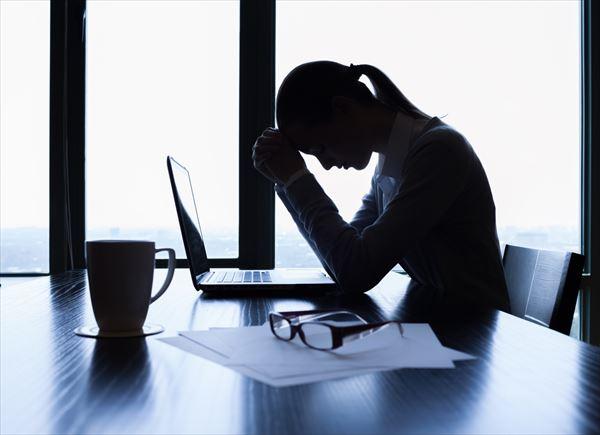 机で悩む女性